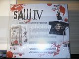 SAW IV UNRATED EDITION ENDAST 5000EXSTEELBOOK T-SHIRT+JIGSAW GUBBE PRATA IN VAD SOM HELST OCH HAN UPPREPAR DET HELT NY amp INPLASTAD